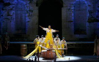 Ο Τάσης Χριστογιαννόπουλος απέδωσε με επιτυχία τον ρόλο-βινιέτα του Πέτρου, ισορροπώντας σε... βαρέλια.