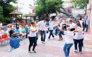 Ζωγραφίζουν και μαθαίνουν με ζήλο παραδοσιακούς χορούς στις εγκαταστάσεις του «Κρίκου», όπου λειτουργεί το ΚΔΑΠ του Δήμου Βριλησσίων.