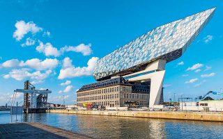 Τα κεντρικά του λιμένος της Αμβέρσας. Η Ζάχα Χαντίντ υλοποίησε ένα ενεργειακά αυτόνομο κτίριο, το οποίο μοιάζει καρφωμένο στη διατηρητέα κατασκευή, που ως σύνολο θυμίζει πλοίο...