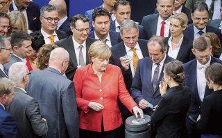 Η Αγκελα Μέρκελ ρίχνει την ψήφο της στη διάρκεια της συζήτησης για τον προϋπολογισμό στη γερμανική Βουλή.