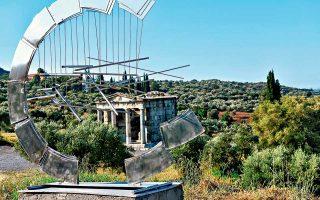 Ο αρχαιολογικός χώρος της Αρχαίας Μεσσήνης ανοίγει και πάλι σε έργα σύγχρονης τέχνης από τις 14 Ιουλίου και για όλο το καλοκαίρι με την έκθεση «Ζογγολόπουλος - Χουλιαράς: Μεσσάνα». Είναι μια πρωτοβουλία του ανασκαφέα της Αρχαίας Μεσσήνης, Πέτρου Θέμελη, ο οποίος  απηύθυνε πρόσκληση στην ιστορικό τέχνης Ιριδα Κρητικού. Η συνεργασία με το Ιδρυμα Γεωργίου Ζογγολόπουλου και τον γλύπτη Γιώργο Χουλιαρά φέρνει 22 μεγάλων διαστάσεων γλυπτά στον αρχαιολογικό χώρο.
