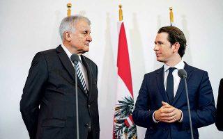 «Δεν θα επιτρέψουμε ούτε τώρα ούτε μελλοντικά να αναλάβει η Αυστρία την ευθύνη για πρόσφυγες, για τους οποίους είναι υπεύθυνες η Ελλάδα και η Ιταλία», είπε χθες ο Γερμανός υπουργός Εσωτερικών Χορστ Ζεεχόφερ (αριστερά), κατά τη συνάντησή του με τον Αυστριακό καγκελάριο Σεμπάστιαν Κουρτς (δεξιά). Εξίσου σκληρός εμφανίστηκε και ο Ούγγρος πρωθυπουργός Βίκτορ Ορμπαν στο Βερολίνο, τονίζοντας: «Η Ελλάδα είναι το πρώτο σημείο εισόδου στην Ε.Ε. και όχι η Ουγγαρία, και οι επαναπροωθήσεις πρέπει να γίνονται προς τα εκεί».