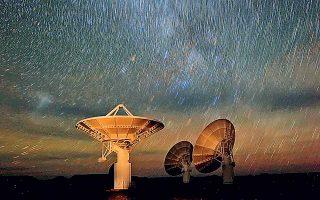 Τα μυστήρια του σύμπαντος πρόκειται να αποκρυπτογραφήσει το ραδιοτηλεσκόπιο MeerKAT, που δημιουργήθηκε στη Νότια Αφρική, για την κατασκευή του οποίου χρειάστηκε μία ολόκληρη δεκαετία. H πρώτη φωτογραφία που απέστειλε το πανίσχυρο ραδιοτηλεσκόπιο χαρακτηρίστηκε από τους ενθουσιώδεις ειδικούς «η καθαρότερη απεικόνιση του κέντρου του γαλαξία» στην Ιστορία της ανθρωπότητας.