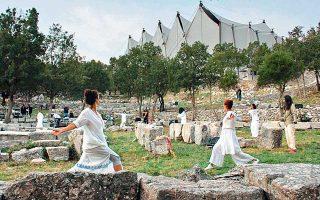 Δεκάδες θεατές κατέκλυσαν τον αρχαιολογικό χώρο στον ναό του Επικούριου Απόλλωνα στις Βάσσες της Φιγαλείας για την παράσταση «From darkness to light» της Αποστολίας Παπαδαμάκη. Η αναγνωρισμένη χορογράφος κατάφερε να δημιουργήσει μια συλλογική, βιωματική εμπειρία για το κοινό και τους χορευτές, που συνεχίστηκε μέχρι το πρωί.