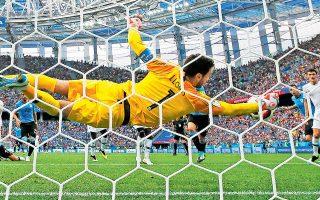 O Γιορίς με μία από τις εντυπωσιακότερες επεμβάσεις στο τρέχον Παγκόσμιο Κύπελλο, απέτρεψε την Ουρουγουάη από το να ισοφαρίσει άμεσα το 1-0.