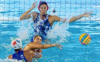 epa06891994 Greece's Maria Patra (C) and Italy's Rosario Aiello (L) in action during a match of the women's preliminary rounds of the European Water Polo Championship played between Italy and Greece, in Barcelona, Spain, 15 July 2018.  EPA/Enric Fontcuberta