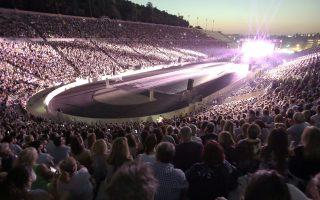 Κόσμος παρακολουθεί τη συναυλία