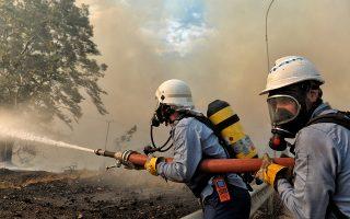 Πυροσβέστες επιχειρούν για την κατάσβεση της πυρκαγιάς που ξέσπασε σε πευκόφυτη περιοχή στα Γεράνεια Όρη και επεκτάθηκε και σε κατοικημένη περιοχή, στην Κινέτα Αττικής, Δευτέρα 23 Ιουλίου 2018. Στην φωτιά επιχειρούν πυροσβεστικές δυνάμεις με 25 οχήματα και 60 πυροσβέστες, δύο πεζοπόρα τμήματα, τέσσερα αεροσκάφη και δύο ςελικόπτερα. ΑΠΕ-ΜΠΕ/ΑΠΕ-ΜΠΕ/ΒΑΣΙΛΗΣ ΨΩΜΑΣ