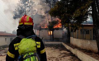 Πυροσβέστες επιχειρούν σε σπίτι που καίγεται από την πυρκαγιά που ξέσπασε σε πευκόφυτη περιοχή στα Γεράνεια Όρη και επεκτάθηκε και σε κατοικημένη περιοχή, στην Κινέτα Αττικής, Δευτέρα 23 Ιουλίου 2018. Στην φωτιά επιχειρούν πυροσβεστικές δυνάμεις με 25 οχήματα και 60 πυροσβέστες, δύο πεζοπόρα τμήματα, τέσσερα αεροσκάφη και δύο ελικόπτερα. ΑΠΕ-ΜΠΕ/ΑΠΕ-ΜΠΕ/ΒΑΣΙΛΗΣ ΨΩΜΑΣ