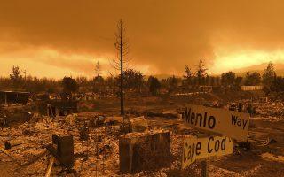 Viviendas arrasadas por el incendio Carr bordean el barrio Lake Keswick Estates de Redding, California, 28 de julio de 2018. (AP Foto/Noah Berger)