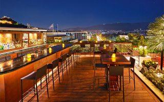 Kλείστε το δείπνο σας με ένα από τα 50 κοκτέιλ που θα βρείτε στη λίστα του μπαρ στο roof garden του ξενοδοχείου Μεγάλη Βρεταννία.