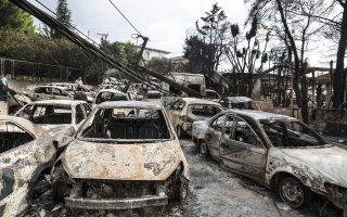 Στη γούβα που σχηματίζει η Λεωφόρος Ποσειδώνος στο ύψος της Αργυρής Ακτής εγκλωβίστηκαν 36 οχήματα κατά τη διαφυγή τους. (Φωτογραφία: Αλεξία Τσαγκάρη)