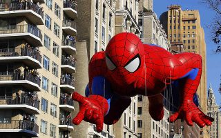 The Spiderman balloon floats down Central Park West during the 86th Macy's Thanksgiving Day Parade in New York November 22, 2012.    REUTERS/Gary Hershorn (UNITED STATES - Tags: ENTERTAINMENT SOCIETY TPX IMAGES OF THE DAY)