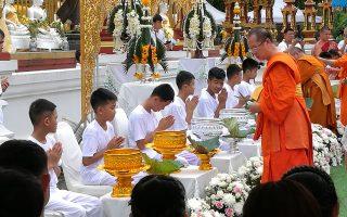 Μέλη της ποδοσφαιρικής ομάδας περιμένουν τη σειρά τους για το παραδοσιακό ξύρισμα του κεφαλιού τους στο βουδιστικό μοναστήρι.