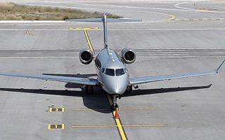 Το lear jet των Rolling Stones με το χαρακτηριστικό σήμα-κατατεθέν του διάσημου συγκροτήματος, που προσγειώθηκε στο αεροδρόμιο