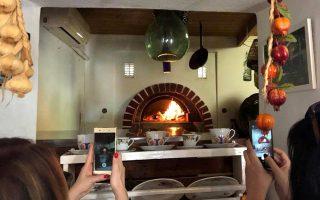 «Φτου, σκόρδα! Ένας από τους ξυλόφουρνους του Γιάννη Ευθυμίου, στην Παράγκα του, στ' Απολλώνια. Όταν το θέμα παρουσιάζει ενδιαφέρον... αισθητικό, φωτογραφικό, γαστρονομικό, δημοσιογραφικό.» (Φωτογραφία: Δημήτρης Ρουσουνέλος)