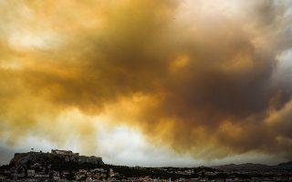 Ο καπνός από την πυρκαγια της Κινέτας,έφτασε λόγω των ισχυρών δυτικών ανέμων μέχρι την Αττική και σκέπασε τον ήλιο, Δευτέρα 23 Ιουλίου 2018 (EUROKINISSI/ΤΑΤΙΑΝΑ ΜΠΟΛΑΡΗ)
