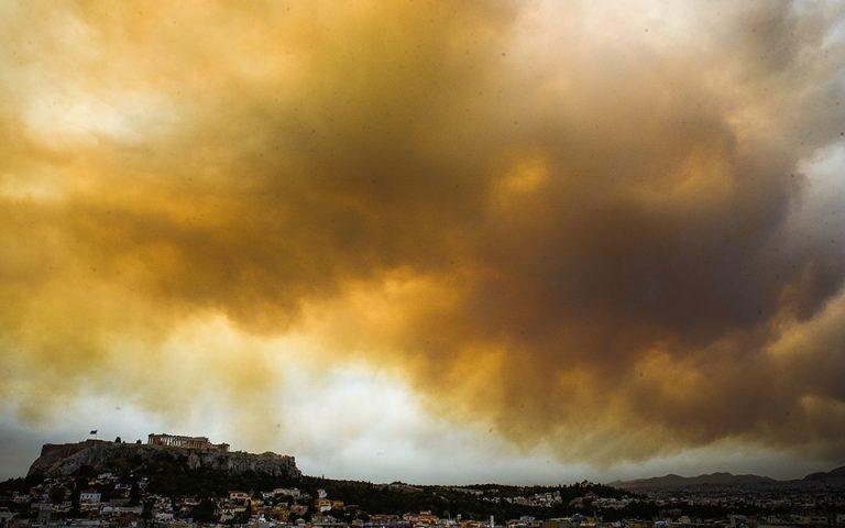«Σκέπασε» και την Ακρόπολη ο πυκνός καπνός από τη φωτιά στην Κινέτα (Φωτογραφίες)