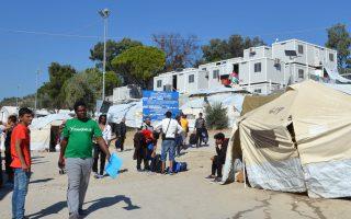 Πρόσφυγες και μετανάστες στον καταυλισμό του Κέντρου Υποδοχής και Ταυτοποίησης στη Μόρια, την Παρασκευή 20 Οκτωβρίου 2017. Μέσα στον καταυλισμό του ΚΥΤ της Μόριας αλλά και σε κτήματα γύρω από αυτόν, η κατάσταση θυμίζει μέρες του φθινοπώρου του 2015. Σε μια δομή με υποδομές στέγασης για 2.000 άτομα διαμένουν 5.500 άνθρωποι πολλοί από τους οποίους οικογένειες με πολλά παιδιά. Από χθες άρχισαν να εκδηλώνονται σποραδικές βίαιες ενέργειες μεταξύ νέων κυρίων ανδρών. Ανήμποροι να παρέμβουν δυναμικά και να σταματήσουν τις συγκρούσεις κυρίως ανάμεσα σε Άραβες και Αφγανούς, ήταν οι Αστυνομικοί αφού η ύπαρξη μέσα στον καταυλισμό περισσότερων των 1000 παιδιών ηλικίας κάτω των οκτώ ετών δεν τους επιτρέπει να επιχειρήσουν είτε με χειροβομβίδες κρότου λάμψης είτε με χημικά. Σήμερα λοιπόν αρκέστηκαν στο να δημιουργήσουν με τις ασπίδες τους φράγματα ανάμεσα στις αλληλοσυγκρουόμενες εθνικές ομάδες  ΑΠΕ- ΜΠΕ/ ΑΠΕ-ΜΠΕ /ΣΤΡΑΤΗΣ ΜΠΑΛΑΣΚΑΣ