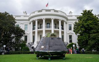 Διαστημόπλοιο στο γκαζόν του Λευκού Οίκου: Ζούμε ανάμεσά τους...