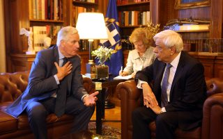 Ο πρόεδρος της Δημοκρατίας Προκόπης Παυλόπουλος (Δ) μιλά με τον τ. Επίτροπο και Επικεφαλής Διαπραγματευτή της Ευρωπαϊκής Επιτροπής, αρμόδιο για την προετοιμασία και τη διεξαγωγή των διαπραγματεύσεων με το Ηνωμένο Βασίλειο Michel Barnier (Α) στη σημερινή τους συνάντηση στο Προεδρικό Μέγαρο, Παρασκευή 27 Ιουλίου 2018. ΑΠΕ - ΜΠΕ/ΑΠΕ - ΜΠΕ/Αλέξανδρος Μπελτές