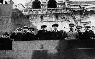 Ο Ιωσήφ Στάλιν  (τρίτος από δεξιά) με κυβερνητικούς αξιωματούχους –ανάμεσά τους και ο Νικίτα Χρουστσόφ (δεύτερος από αριστερά)– παρακολουθούν στρατιωτική παρέλαση κατά τη 19η επέτειο της Ρωσικής Επανάστασης, το 1936.
