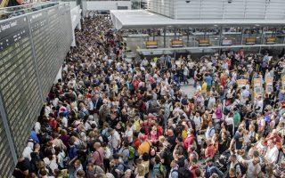 Επιβάτες σε αναμονή για την πτήση τους στο αεροδρόμιο του Μονάχου -Φωτογραφία: Αssociated Press