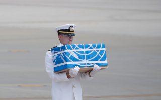Στρατιώτης κρατάει κουτί που περιέχει τα λείψανα Αμερικανού στρατιώτη ο οποίος σκοτώθηκε στον πόλεμο της Κορέας.
