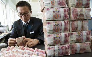 Το Πεκίνο ετοιμάζεται να προχωρήσει σε εκτεταμένες δαπάνες στα έργα υποδομής. Ενθαρρύνει, επίσης, τον δανεισμό στις μικρές επιχειρήσεις και επεκτείνει σε όλο το φάσμα των επιχειρήσεων τις φοροαπαλλαγές.