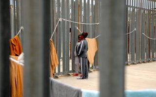 Γυναίκες κρατούνται στο στρατόπεδο της Πόντε Γκαλέρια.