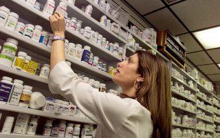 Από το 2009-2017 η δημόσια φαρμακευτική δαπάνη έχει μειωθεί κατά τουλάχιστον 62%, από 5,1 δισ. ευρώ στο 1,945 δισ. ευρώ, ενώ κατά την ίδια περίοδο οι τιμές των φαρμάκων έχουν μειωθεί δραστικά.