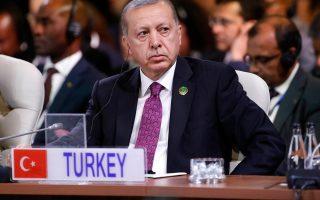 Οι ανορθόδοξες απόψεις του Τούρκου προέδρου, που αυτοπροσδιορίζεται ως «εχθρός των επιτοκίων», καλλιεργούν ανησυχία στους επενδυτές, οι οποίοι βλέπουν την τουρκική οικονομία των 880 δισ. δολαρίων να υπερθερμαίνεται.
