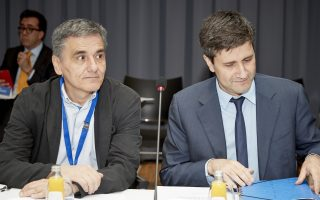 Ο υπουργός Οικονομικών Ευκλείδης Τσακαλώτος (Α) και ο αναπληρωτής υπουργός Οικονομικών Γεώργιος Χουλιαράκης (Δ) παρίστανται στη συνεδρίαση του ΕΜΣ, στο Λουξεμβούργο, Πέμπτη 21 Ιουνίου 2018. ΑΠΕ-ΜΠΕ/European Union/Mario Salerno