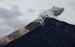 El volcán fuego expulsa una pluma de ceniza y humo en Alotenango, Guatemala. 8 de junio 2018. REUTERS/Jose Cabezas - RC1935BE1160