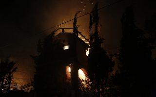 Καιγόμενο σπίτι κατά τη διάρκεια δασικής πυρκαγιάς στο Μάτι, κοντά στην Αθήνα, Δευτέρα 23 Ιουλίου 2018.  ΑΠΕ-ΜΠΕ/ΑΠΕ-ΜΠΕ/ΓΙΑΝΝΗΣ ΚΟΛΕΣΙΔΗΣ