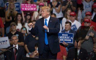 Ο Ντόναλντ Τραμπ κατά την ομιλία του το βράδυ της Πέμπτης στην πόλη Ουίλκς-Μπαρ της Πενσιλβάνια.