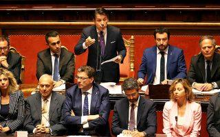 Ενας από τους δύο αντιπροέδρους της κυβέρνησης, ο Ματέο Σαλβίνι (πάνω δεξιά), δήλωσε ότι ο προϋπολογισμός θα περιλαμβάνει περικοπές στη φορολογία. Ομως ο υπουργός Οικονομικών Τζοβάνι Τρία έχει τονίσει ότι η κυβέρνηση πρέπει να είναι προσεκτική ως προς την εφαρμογή μιας επεκτατικής δημοσιονομικής πολιτικής.