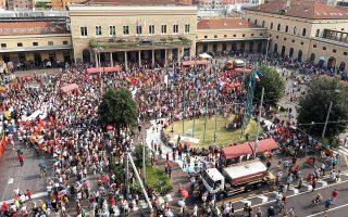 Διαδηλωτές συμμετέχουν σε εκδήλωση μνήμης για την επίθεση στον σταθμό της Μπολόνια με 85 νεκρούς από νεοφασιστική οργάνωση το 1980.