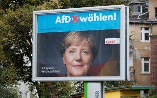 Προεκλογική αφίσα της Εναλλακτικής για τη Γερμανία πάνω από εκείνη της Μέρκελ.