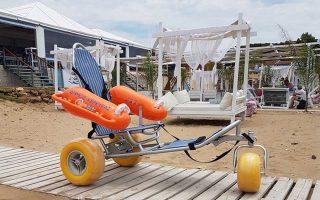 Τα πλωτά αμαξίδια για ΑμεΑ αποτελούν τα πιο δημοφιλή «αμφίβια» στην Κέρκυρα.