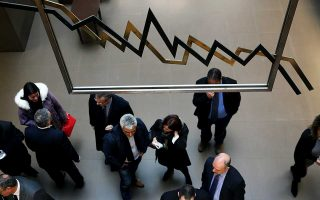 Σε ό,τι αφορά τις ελληνικές μετοχές, ο επενδυτικός οίκος σημειώνει ότι έχουν υποαποδόσει έναντι των μετοχών της Ευρωζώνης.