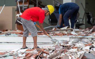 Συνεχίζονται οι προσπάθειες έρευνας και διάσωσης στο Λομπόκ, όπου ο σεισμός προκάλεσε 98 θανάτους.