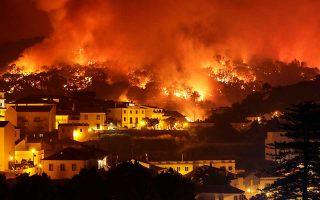 Ο καύσωνας που πλήττει την Πορτογαλία και οι υψηλές θερμοκρασίες, σε συνδυασμό με την ξηρασία, πυροδότησαν δασικές πυρκαγιές όπως αυτή που κατακαίει λόφο στο Μονσίκε. Περισσότεροι από 800 πυροσβέστες με 220 οχήματα και τουλάχιστον 10 πυροσβεστικά αεροσκάφη μάχονται τις φλόγες. Εχουν καταγραφεί 24 τραυματισμοί, ο ένας εκ των οποίων σοβαρός.