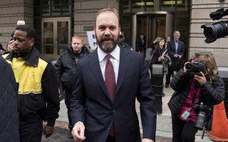Ο Ρ. Γκέιτς, πρώην συνεργάτης του Π. Μάναφορτ, φτάνει στο δικαστήριο.