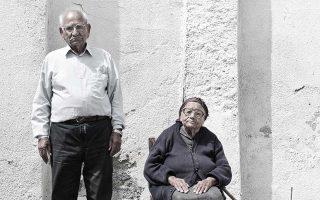 Μούτταλος, επαρχία Πάφου. Ηλικιωμένο ζευγάρι Ελληνοκυπρίων, στο οποίο είχε δοθεί εγκαταλελειμμένο τουρκοκυπριακό σπίτι όταν εξωθήθηκαν από τα Κατεχόμενα. Στους τοίχους διατηρούν ακόμη τις αναμνήσεις τους, ζουν καθημερινά με αυτές. Στο νέο τους σπίτι προτίμησαν να θυμούνται τον λόγο που βρέθηκαν σε αυτό. Ανήκουν κι εκείνοι στα «πλάσματα που κλαίνε»...