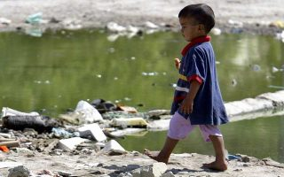 Τα παιδιά πρέπει να περπατούν κατά το δυνατόν ξυπόλυτα λένε οι ειδικοί, προσθέτοντας ότι έτσι μπορούν να τρέξουν γρήγορα και να καλύψουν μεγάλες αποστάσεις.