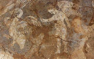 Ερωτιδείς, δελφίνια και κύκνοι, τυπικά διακοσμητικά στοιχεία για το βοτσαλωτό δάπεδο του αρχαίου λουτρού (4ος αι. π.Χ.).