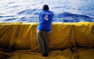 Πρόσφυγας ή μετανάστης σε πλοίο της οργάνωσης Proactiva Open Arms, στην Κεντρική Μεσόγειο.