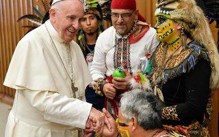 Ο Πάπας Φραγκίσκος υποδέχθηκε, χθες, πιστούς με παραδοσιακές φορεσιές στην αίθουσα Παύλος ΣΤ΄ του Βατικανού.