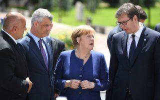 Η Γερμανίδα καγκελάριος Αγκελα Μέρκελ ανάμεσα στον Κοσοβάρο πρόεδρο Χασίμ Θάτσι (αριστερά) και στον Σέρβο ομόλογό του Αλεξάνταρ Βούτσιτς, στην άτυπη σύνοδο Ε.Ε. - Δυτικών Βαλκανίων, στη Σόφια, στις 17/5/2018. Ο κ. Βούτσιτς έχει προαναγγείλει τη διενέργεια δημοψηφίσματος, ενώ και ο κ. Θάτσι μοιάζει να υπαναχωρεί.